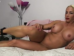 Female Bodybuilder Jill Jaxen Gets Naked in Bed