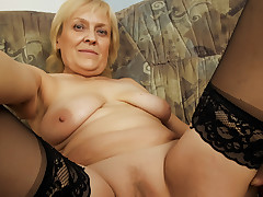 Old grandma takes a love tunnel pounding on the bed